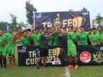 klub-sepak-bola-mitra-ksk-sampang-menerima-trofi-juara-3-event-trofeo-di-kabupaten-malang.jpg