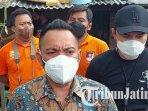 kompol-mirzal-maulana-mengecek-lokasi-pembunuhan-di-wisma-tirto-agung-asri-kelurahan-gununganyar.jpg