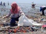 komunitas-nowaste-surabaya-saat-bersih-bersih-sampah-di-pantai-kenjeran-surabaya.jpg