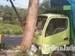 kondisi-truk-fuso-yang-menabrak-pohon-di-jalan-raya-palengaan-kabupaten-pamekasan.jpg