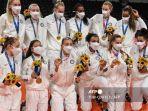 kontingen-bola-voli-putri-as-merayakan-medali-emas-dalam-olimpiade-tokyo-2020.jpg