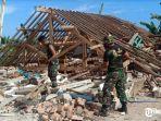 korem-083-membersihkan-reruntuhan-gempa-di-malang.jpg