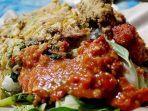 kuliner-banyuwangi-yang-legendaris-nasi-tempong-lengkap-dengan-lauk-dan-sambalnya.jpg