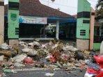 layangkan-protes-warga-sengaja-buang-sampah-di-depan-kantor-kecamatan-tutur-kabupaten-pasuruan.jpg