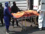 linmas-surabaya-evakuasi-jenazah-sopir-truk-box.jpg