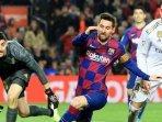 lionel-messi-mengejar-bola-dalam-pertandingan-barcelona-melawan-real-madrid.jpg