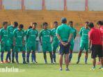 madura-united-menggelar-latihan-kedua-di-stadion-gelora-bangkalan-tanpa-gomes-de-oliviera_20171218_135812.jpg
