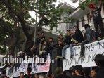 mahasiswa-berdemo-di-depan-gedung-dprd-kota-malang1.jpg