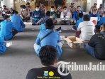 mahasiswa-berdoa-bersama-dalam-aksi-lanjutan-penolakan-omnibus-law-uu-cipta-kerja.jpg