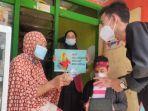 mahasiswa-fik-umsurabaya-saat-membagikan-masker-dan-edukasi-berbahasa-bahasa-madura.jpg