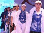 mahasiswa-industri-kreatif-universitas-surabaya-memamerkan-desain-motif-batik-buatannya.jpg