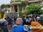mahasiswa-ponorogo-menggelar-aksi-unjuk-rasa-menuntut-pencabutan-uu-omnibus-law-cipta-kerja1.jpg