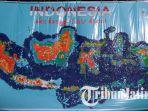 mahasiswa-ubaya-memperingati-hari-bumi-dengan-membuat-gambar-peta-indonesia-dengan-tutup-botol_20180422_080037.jpg