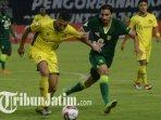 mahmoud-eid-berebut-bola-dengan-pemain-persik-kediri-saat-laga-persebaya-vs-vs-persik-kediri.jpg