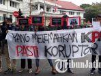 malang-corruption-watch-mcw-demo-putusan-praperadilan-setnov_20171003_134447.jpg