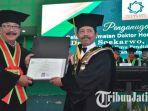mantan-gubernur-jawa-timur-soekarwo-menerima-gelar-kehormatan-doktor-honoris-causa-hc.jpg