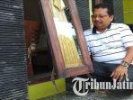 mantan-ketua-kpu-kota-blitar-setyo-budiono-menunjukkan-jendela-rumahnya-yang-dicongkel-pencuri.jpg