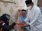 mantan-wakil-gubernur-jawa-timur-saifullah-yusuf-menyuguhkan-tomat-ceri-pada-rombongan-arief-budiman.jpg