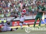 manuchekhr-dzhalilov-saat-persebaya-vs-madura-united-pada-leg-pertama-babak-8-besar-piala-indonesia.jpg
