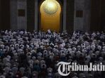 masjid-al-akbar-surabaya-salat-tahajud_20180606_101824.jpg