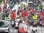 massa-aksi-demonstrasi-menolak-uu-omnibus-law-cipta-kerja-di-depan-gedung-negara-grahadi-surabaya.jpg