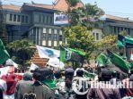 massa-mahasiswa-mulai-menggelar-aksi-di-depan-gedung-dprd-jawa-timur-kamis-2692019.jpg