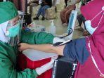 masyarakat-di-kota-blitar-mengikuti-program-vaksinasi-massal.jpg
