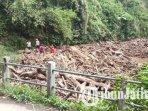 material-pohon-menyumbat-sungai-kali-tengah-di-desa-besowo-kecamatan-kepung-kabupaten-kediri.jpg