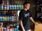 matt-colvin-timbun-17-ribu-botol-hand-sanitizer-di-gudang-rumahnya.jpg
