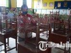 meja-siswa-sdn-purwantoro-6-kota-malang-diberi-pembatas-untuk-mencegah-penyebaran-covid-19.jpg