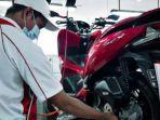 mekanik-honda-saat-sedang-mengecek-kondisi-ban-sepeda-motor-honda-pcx-milik-konsumen.jpg