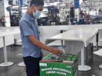 membuang-botol-plastik-ke-dalam-boks-penyimpanan-sampah-program-makeindonesiagreenagain.jpg