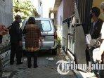 mobil-ambulans-di-depan-rumah-n-yang-tewas-gantung-diri-di-jalan-siwalankerto-tengah-surabaya.jpg