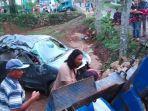 mobil-avanza-kecelakaan-di-jalur-cangar-pacet-kabupaten-mojokerto.jpg