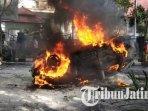 mobil-yang-dibakar-massa-dalam-aksi-unjuk-rasa-penolakan-uu-omnibus-law-cipta-kerja-di-malang.jpg
