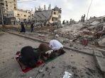 muslim-palestina-ketika-melakukan-salat-idul-fitri-bangunan-hancur-diserang-israel.jpg