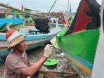 nelayan-desa-pangkahkulon-ujungpangkah-gresik-cat-perahu-jelang-ramadan.jpg