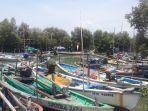 nelayan-perahu-nelayan-sandar-di-dermaga-pantai-lumpur-kecamatan-gresik-jumat.jpg