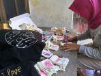 nur-rahmaningtyas-owner-custompouch_id-sedang-mengerjakan-kantung-custom-berbahan-blacu.jpg
