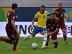 nyemar-berebut-bola-dengan-pemain-venezuela-dalam-pertandingan-copa-america-2021.jpg