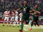 osvaldo-haay-dan-irfan-jaya-merayakan-gol-persebaya-saat-laga-persebaya-vs-madura-united.jpg