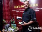 owner-teh-si-taraa-mohammad-oskar-menunjukkan-produknya.jpg