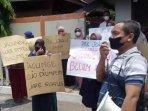 paguyuban-peternak-rakyat-nasional-menggelar-aksi-unjuk-rasa-di-kantor-bulog-cabang-tulungagung1.jpg