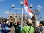 para-kuli-bangunan-menggelar-upacara-hut-kemerdekaan-ke-75-republik-indonesia.jpg