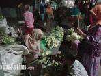 para-pedagang-ketupat-di-pasar-tradisional-kolpajung-pamekasan.jpg