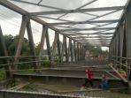 para-pekerja-di-jembatan-karangrejo-tulungagung.jpg