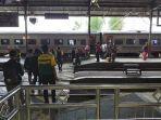 para-pelanggan-atau-penumpang-kereta-api-di-salah-satu.jpg
