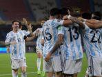 para-pemain-argentina-termasuk-lionel-messi-merayakan-gol-cristian-romero-ke-gawang-kolombia.jpg