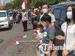 para-pengendara-di-jalan-ahmad-yani-surabaya-berhenti-dan-menyanyikan-lagu-indonesia-raya.jpg