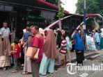 para-penumpang-saat-hendak-masuk-ke-dalam-surabaya-bus-di-terminal-purabaya.jpg